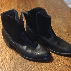 Munro Black leather ankle boots size 6 1/2